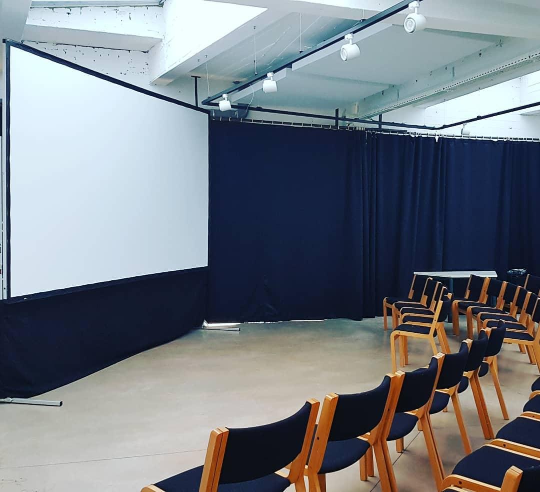Salle de 90 m² Espace d'accueil de 45 m² Véranda de 15 m²  50 chaises sur place 6 tables modulables en trapèze  Chauffage sol et murs
